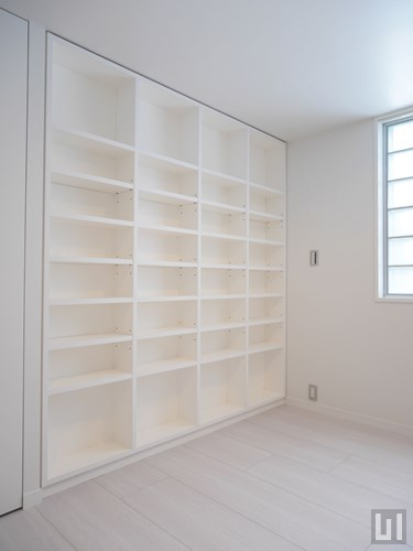 B号室 - 洋室・収納棚