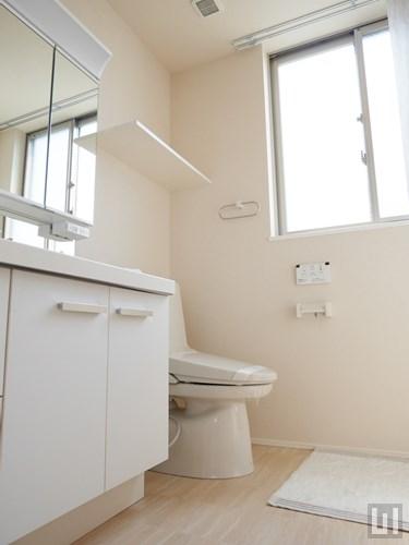 601号室 - 7階洗面台・トイレ