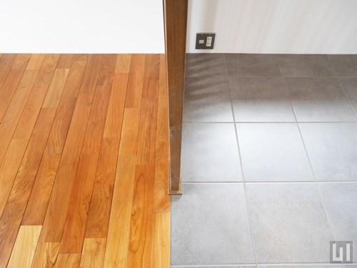 無垢材床とフロアタイル