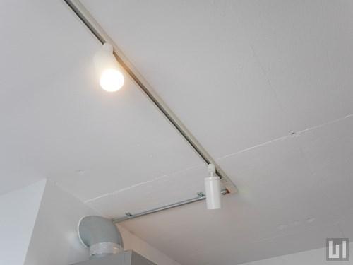 キッチン側の天井はスケルトン天井のテクスチャが残っています
