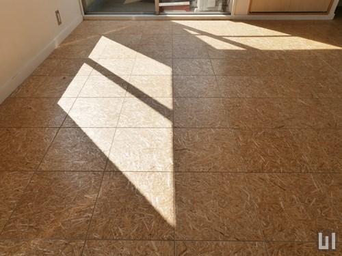 麦わらを圧縮成形した合板の床