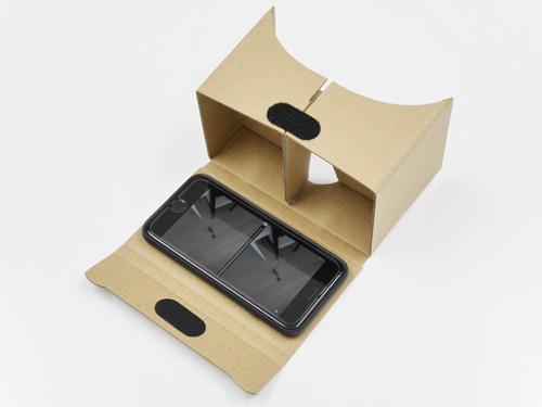 VRゴーグルにスマートフォンをセット